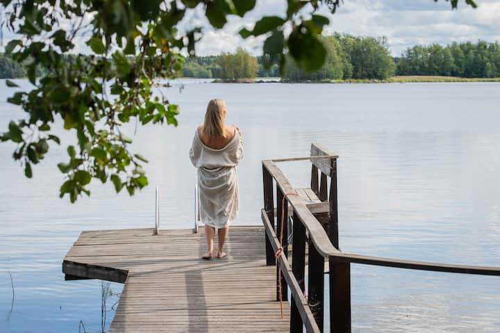 Peaceful timber cottage by the lake in Lempäälä