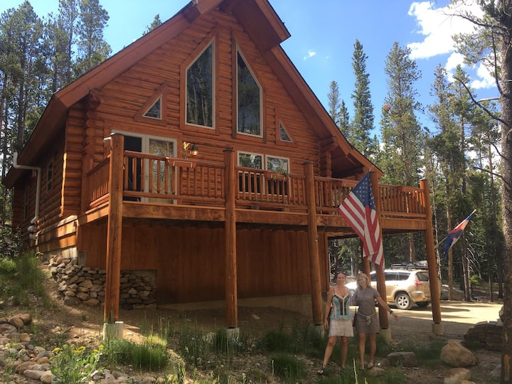 Spacious Loft Room in amazing Clean Log Home