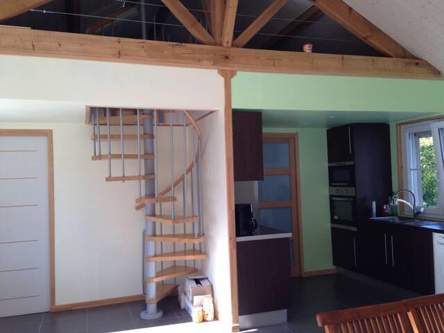 Cuisine et accès couchages en mezzanine