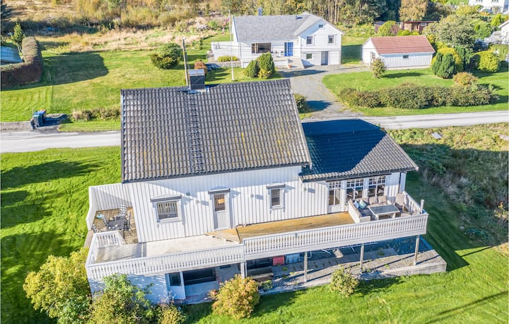 Stunning home in Fjørtoft with 5 Bedrooms
