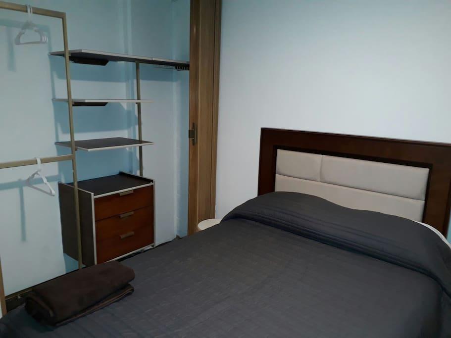 tres recámara cada una con cama matrimonial, smart tv y closet.