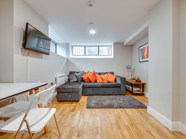 Stylish & contemporary apt for 4 in Central MCR
