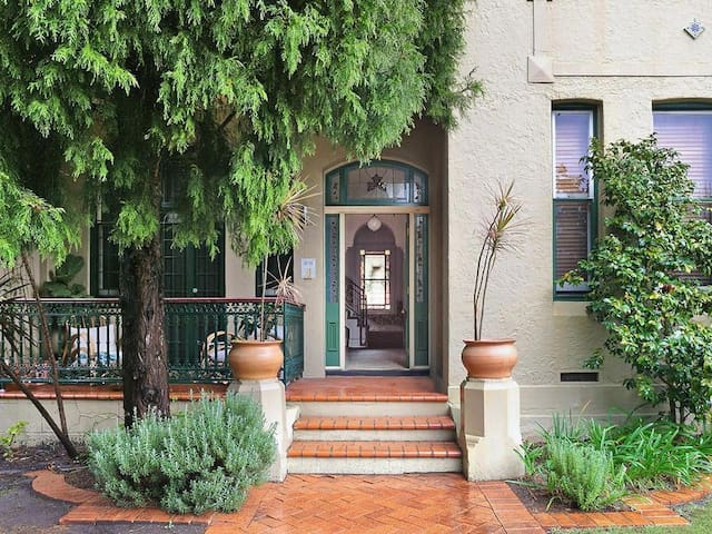 Newtown / Enmore , Large bright  room with balcony