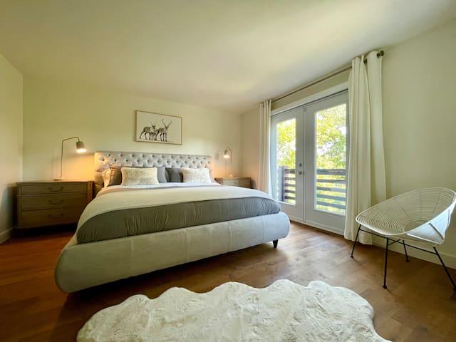 Chambre très grand lit 1 / King Bedroom 1