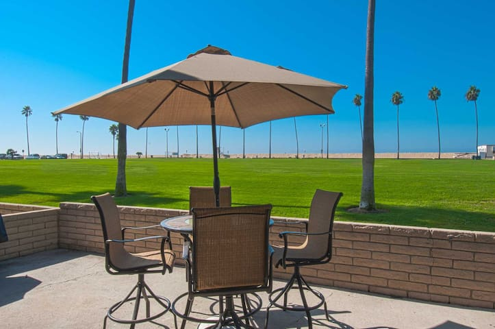 You Will Love the Ocean View From This Large Patio in a Park Like Setting - Newport Beach - Apartment