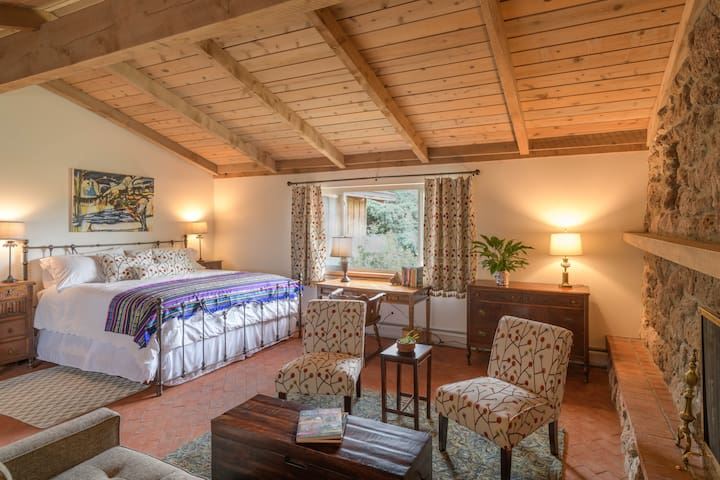 The Pajarito House- Ponderosa Master Suite