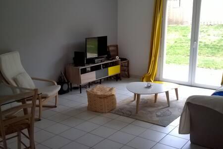 In a quiet house with garden - Лимож - Дом