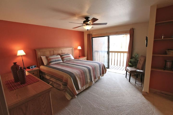 No-Fee Cancellation, Cleaning Buffer Between Guests Beautiful Waterside Retreat! Close to Trails