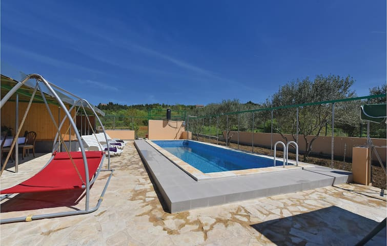 Holiday cottage with 10 bedrooms on 464 m²