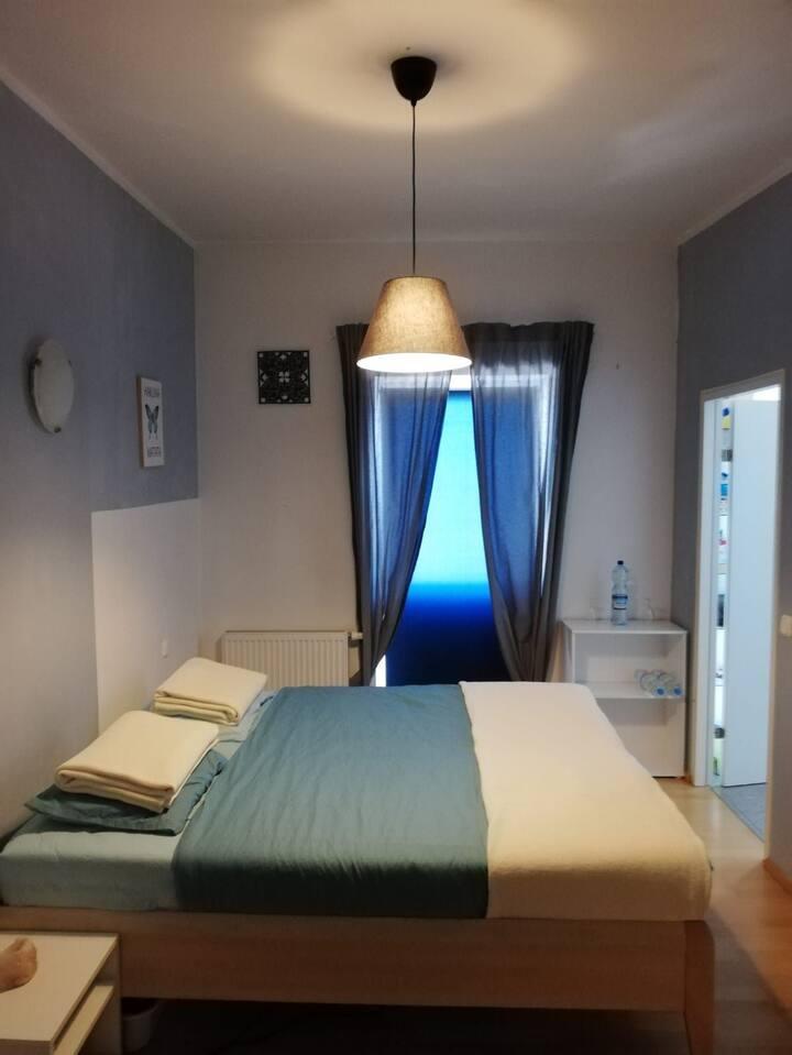 Schlafzimmer mit Bad in der Mitte von Mondsee