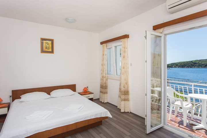 House Rašica - Studio Apartment with Balcony and Sea View