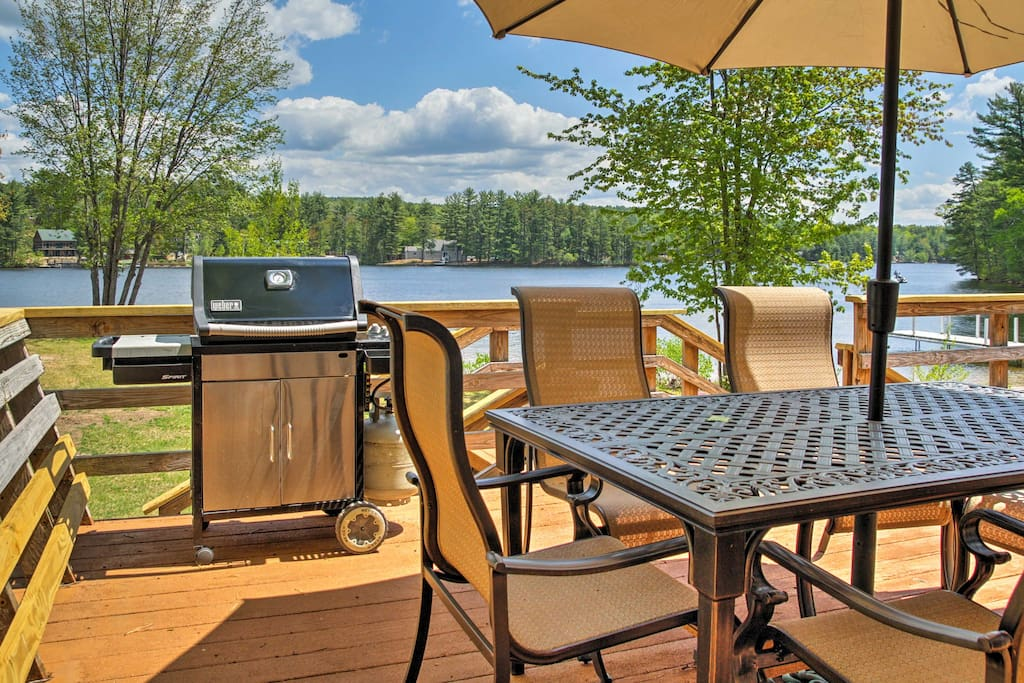 This vacation rental cottage for 6 is located right on Pine River Pond.