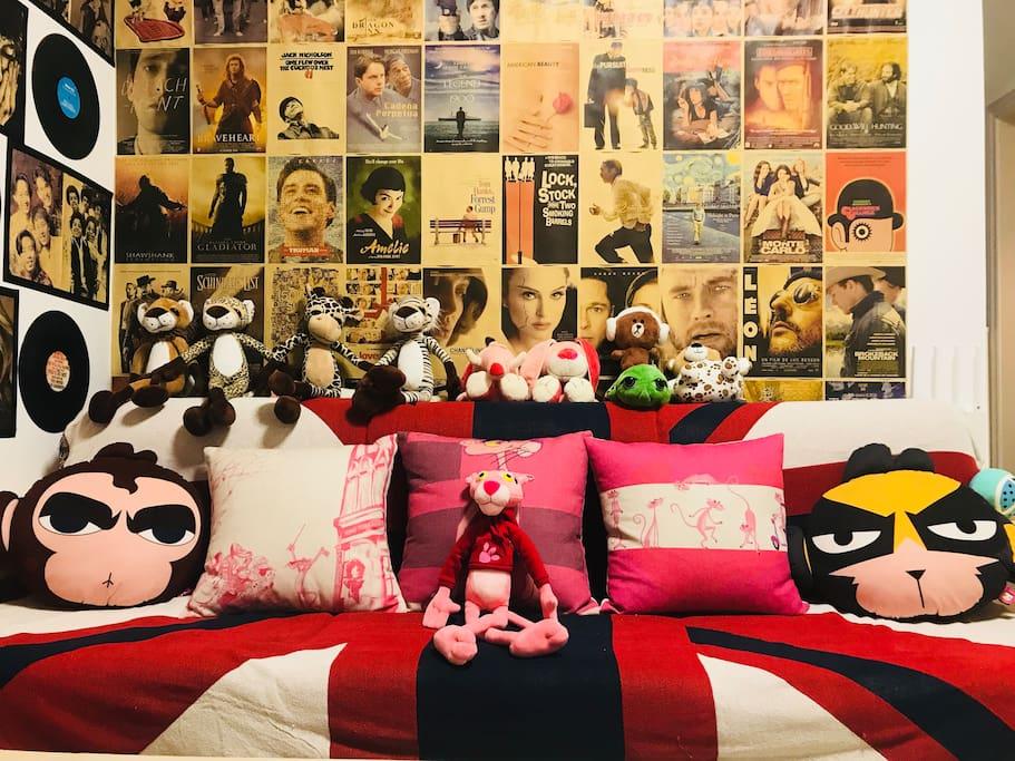 客厅-沙发-经典电影音乐海报墙-卡通公仔