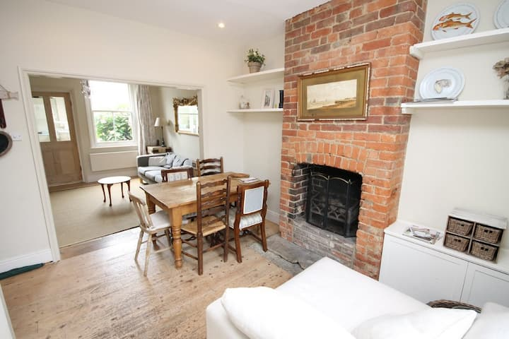 Yarmouth Centre, Stylish Cottage, Walk & Relax.