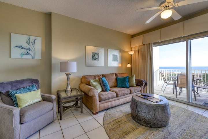 Cozy, beachfront condo w/ multiple shared pools, fitness center, & grilling area