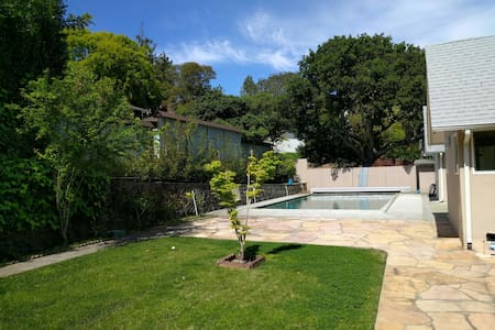Sunny Villa w/pool close to airport - Burlingame