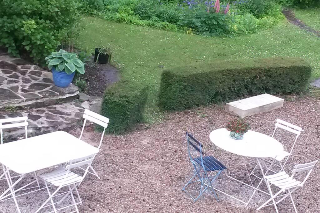 Salon de jardin à disposition pour le petit déjeuner