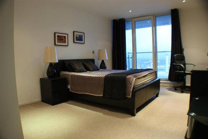 Spacious en suite room near City airport & Excel - London - Leilighet