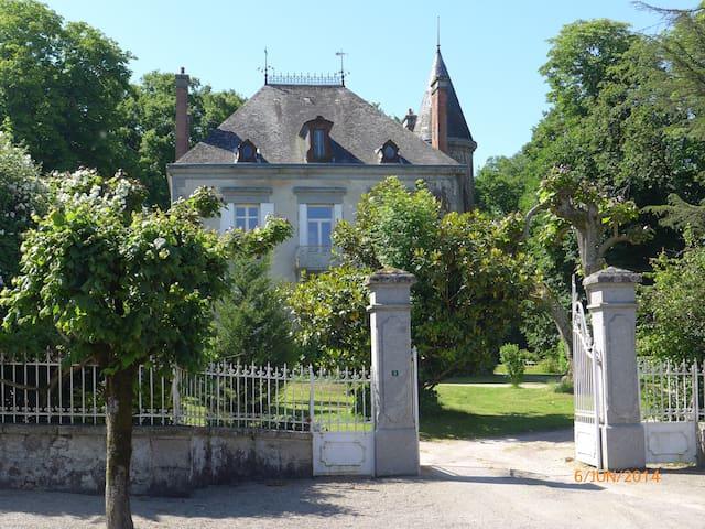 OLD FAMILY HOME in LIMOUSIN - Mézières-sur-Issoire - Casa