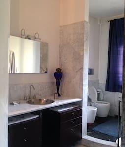 camera da letto con bagno privato - Via Mantova