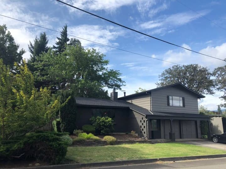 30 Day Minimum- 2,300 sqft Home, Minutes from Downtown, Fenced Backyard, Pets Ok