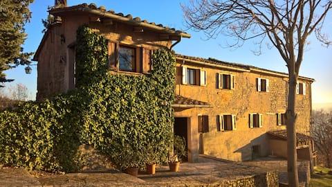 Farmhouse w/ private pool, scenic views in Umbria