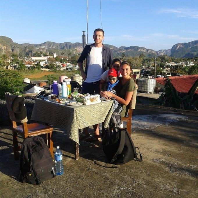 huéspedes desayunando en la terraza, hermosa vista