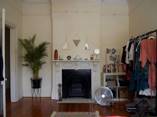 Sunny, quiet room in Sydney's inner west - Stanmore - Huis