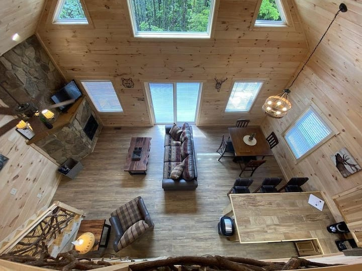 Cozy Mt Cabin w/Hot tub, Fire pit + Close 2 Town