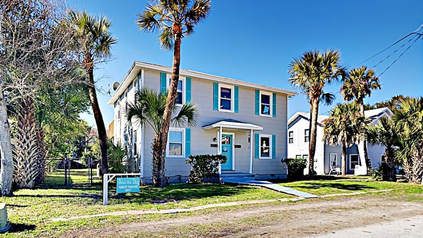 Seas the Day - Lower Unit- 4 blocks to the beach!