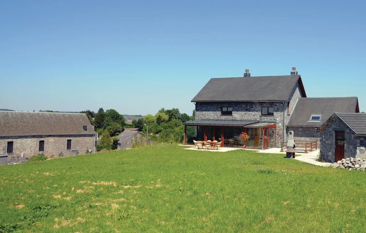 Holiday cottage with 5 bedrooms on 280 m² in Boncin