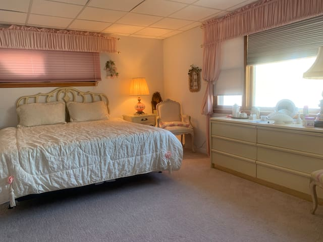 Master bedroom - overlooking the lake