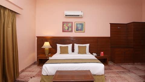Room, Breakfast, recliner + netflix, foot massager