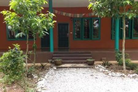 Sharinga Guesthouse at Trika Resort - Tambon Rong Chik - Stadswoning