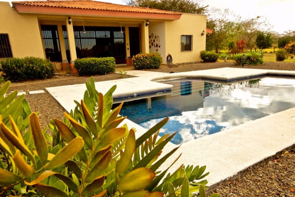 Casa Kurú se encuentra ubicada en una finca privada con su propia piscina desde la cual podrás disfrutar de los hermosos paisajes de la Pampa Guanacasteca.