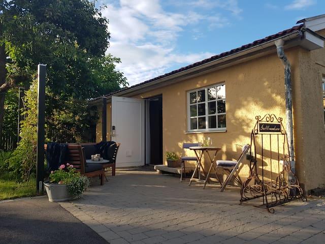 Egen stuga i Kalmarsundsparken med havsutsikt.