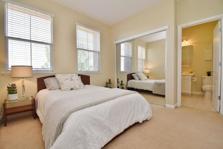 Clean private suite + easy parking - GC2