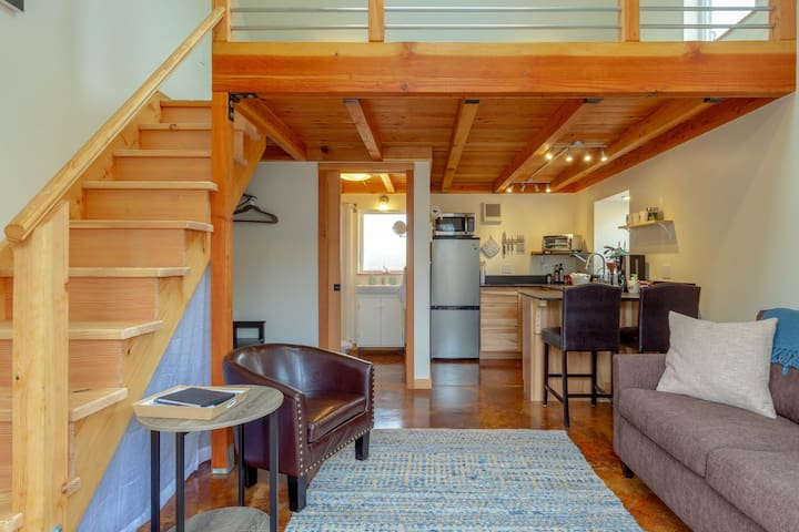 Cool, eco-friendly cottage w/ a full kitchen near Sequoia Park & Zoo!