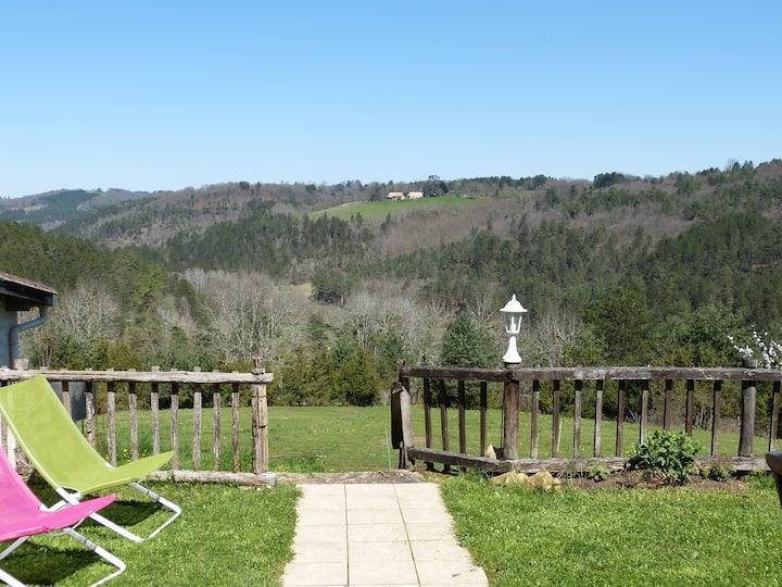 Gîte au calme, terrasse avec vue, piscine commune
