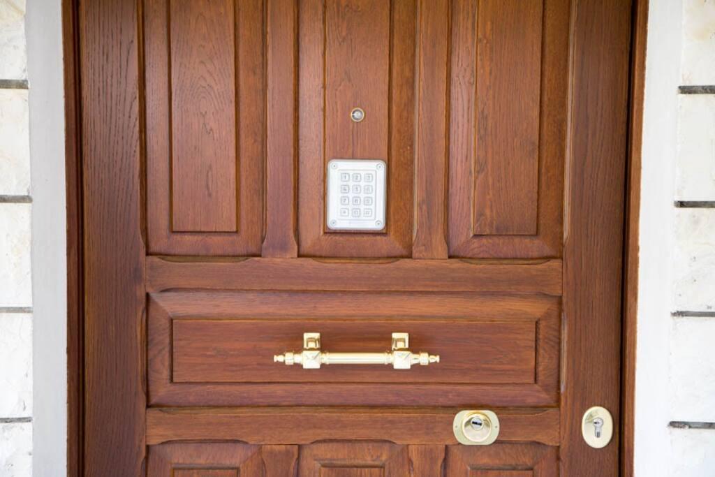 Porta d'ingresso esterna a codice, univoco per ogni ospite