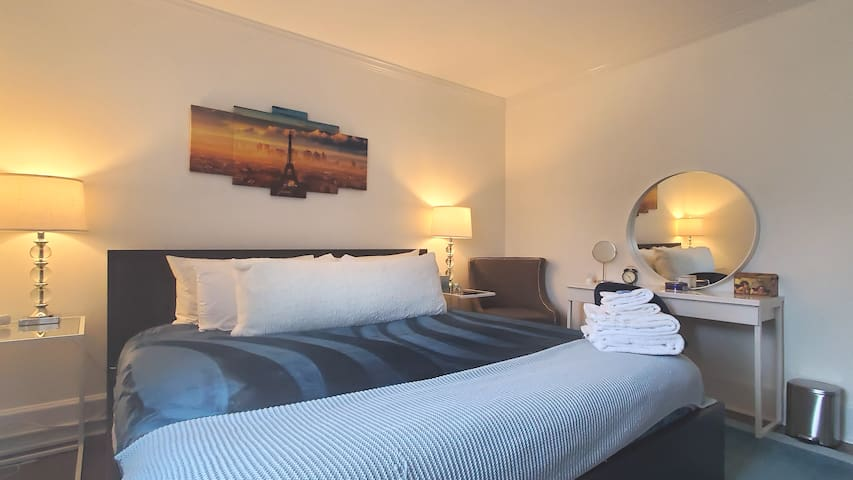 Paris Room, King bed, by beaches, I95 and Downtown