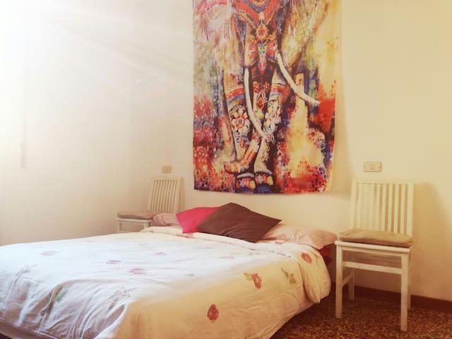 Comoda matrimoniale in luminoso appartamento - Bologna - Apartment