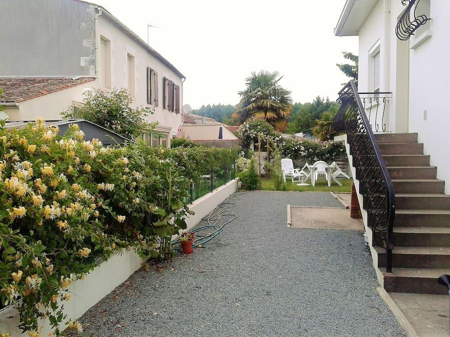 Entrée privée + Salon de Jardin sur pelouse.