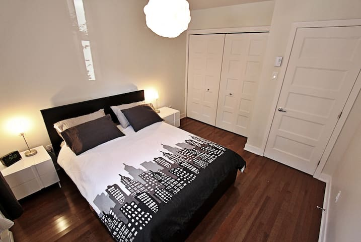 Clean and cozy 2 bedroom apartment next to Stadium