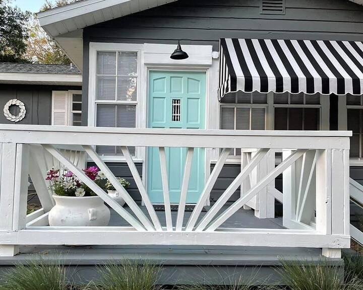 Vibrant, Comfy Cottage