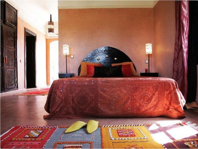 Marrakech, Rooms & Suites. Pool full south!
