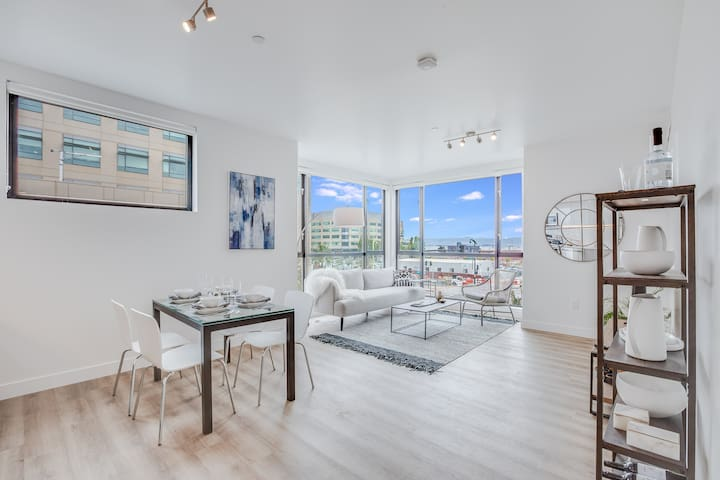 Luxury Bay View Flat at the Mariposa