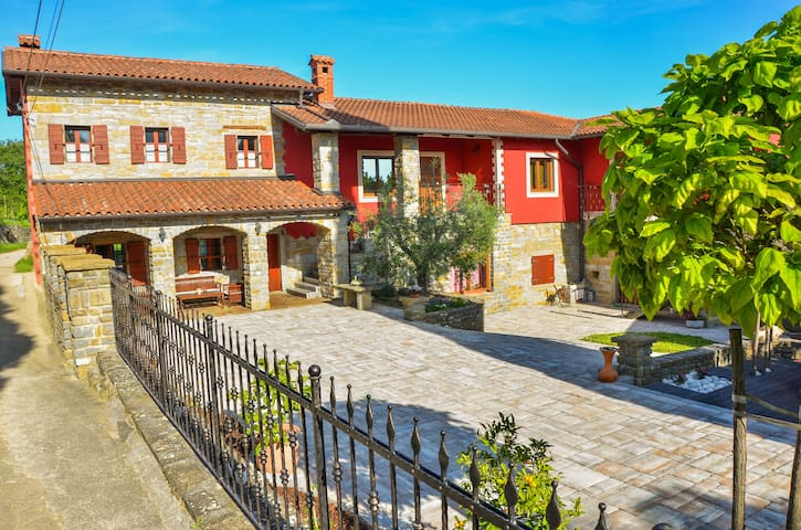 Guest House Red Fairytale in Marezige