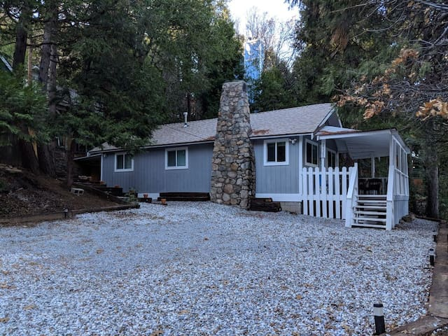 Charming, cozy Crestline cabin close to everything
