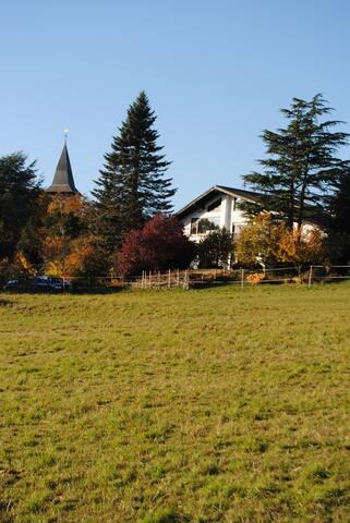 Das Haus befindet  sich direkt am Feld